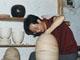 陈爱明,1962年生于浙江龙泉,高级工艺美术师,浙江省工艺美术大师,浙江省工艺美术协会学术委员会副主任。